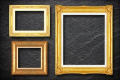 Marco del oro en fondo negro de la pizarra Imagen de archivo