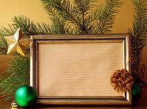 Marco del oro y decoraciones de la Navidad Foto de archivo