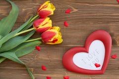 Marco del ramo y del corazón con palabras te amo Imagenes de archivo