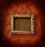 Marco dorado en el papel pintado antiguo Imagen de archivo libre de regalías