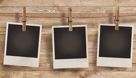 Marco en blanco de la foto en fondo de madera Imagen de archivo libre de regalías