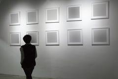Marco en blanco en galería de arte Fotografía de archivo libre de regalías