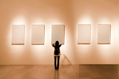 Marco en blanco en galería de arte Fotos de archivo