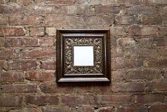 Marco en blanco en la pared de ladrillo Fotografía de archivo libre de regalías