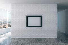 Marco en blanco en la pared de ladrillo blanca en el sitio vacío del desván, mofa Imagen de archivo libre de regalías