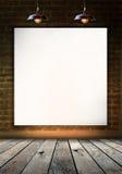 Marco en blanco en la pared de ladrillo para el mensaje de información Fotos de archivo libres de regalías