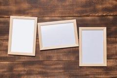 Marco en blanco en un fondo de madera imágenes de archivo libres de regalías