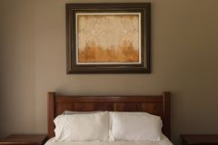 Marco en dormitorio en casa fotografía de archivo