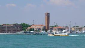 Marco europeu famoso, barco do transporte público no canal da água filme