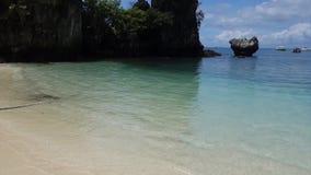 Marco famoso Hong Lagoon do turista, Hong Island Bay na província de Krabi, Tailândia Água Crystal Sparkle Texture Background vídeos de arquivo