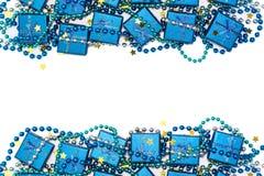 Marco festivo de las cajas de regalo brillantes azules, de las gotas azules y de las estrellas de oro del confeti Imágenes de archivo libres de regalías