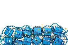 Marco festivo de las cajas de regalo brillantes azules, de las gotas azules y de las estrellas de oro del confeti aisladas en bla Fotos de archivo