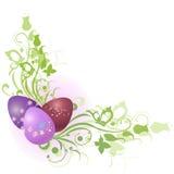 Marco floral adornado con los huevos de Pascua
