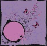 Marco floral violeta de Grunge con las mariposas Foto de archivo libre de regalías