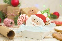 Marco hecho en casa de la galleta del pan de jengibre de la Navidad en la opinión de sobremesa de madera con el espacio de la cop Foto de archivo libre de regalías