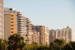 MARCO-INSEL 22. JANUAR 2014: Ein Abschluss oben des Hotels und Wohngebäude nahe bei Marco Island setzen auf den Strand Lizenzfreie Stockbilder