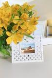 Marco interior con las flores Imagen de archivo libre de regalías