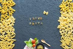 Marco italiano de las pastas sobre fondo negro Amo concepto de las pastas Foto de archivo libre de regalías