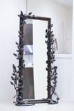 Marco labrado trenzado con las rosas con el espejo Fotos de archivo libres de regalías