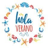 Marco lindo del círculo con las cáscaras coloridas dibujadas mano del mar y verano del texto hola en lengua del spanisg Fotografía de archivo libre de regalías