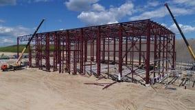 Marco metálico de un edificio industrial bajo construcción metrajes