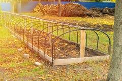 Marco metálico del invernadero sin calentar en un parque del otoño Preparati imágenes de archivo libres de regalías