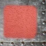 Marco metálico pintado rojo del espacio en blanco del muro de cemento Foto de archivo