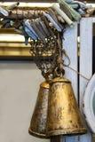 Marco náutico para el texto - la madera de deriva colorida y la madera blanca neta y resistida con las campanas viejas colgaron e foto de archivo