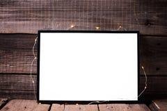 Marco negro vacío con la luz del centelleo en backg de madera rústico imágenes de archivo libres de regalías
