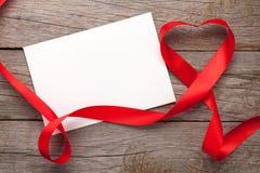 Marco o carte cadeaux de la foto con la cinta en forma de corazón de las tarjetas del día de San Valentín Fotografía de archivo