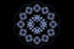 Marco ondulado azulado para la servilleta con los ornamentos bordados de flores azules en fondo negro stock de ilustración