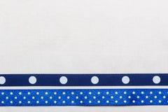 Marco punteado de la cinta azul en el paño blanco Fotos de archivo