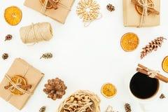 Marco redondo de la decoración de la Navidad o del Año Nuevo, caja de regalo del arte, taza de café y conos del pino en el fondo  Imagen de archivo libre de regalías