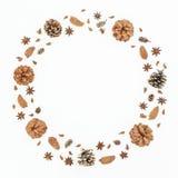 Marco redondo de la Navidad o del Año Nuevo con los conos del pino en el fondo blanco Endecha plana, visión superior Imagen de archivo libre de regalías