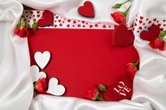 Marco rojo y blanco para la enhorabuena con las rosas y los corazones Imagen de archivo libre de regalías