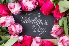 Marco rojo y rosado de las rosas en la tabla Fotos de archivo libres de regalías
