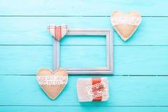 Marco romántico con el espacio de la copia y accesorios en fondo de madera azul Copie el espacio Mofa para arriba Día de la madre Fotos de archivo