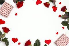 Marco romántico de regalos, de flores color de rosa y de corazones decorativos en el fondo blanco El lugar para el texto, remata  imagenes de archivo