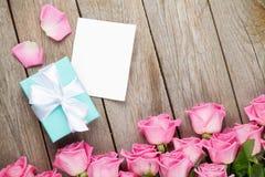 Marco rosado de la tarjeta o de la foto de felicitación del día de las rosas y de tarjetas del día de San Valentín y g Imagen de archivo libre de regalías