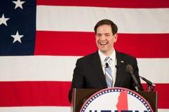 Marco Rubio lächelt vor einer amerikanischen Flagge Lizenzfreies Stockbild