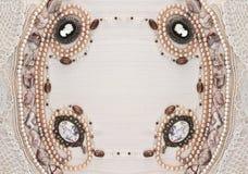 Marco simétrico horizontal de ornamentos femeninos Imagen de archivo