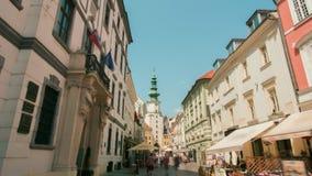 Marco Timelapse: Capital de Eslováquia - Bratislava, pessoa que anda na cidade velha vídeos de arquivo