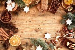 Marco tradicional de Navidad con las especias y las nueces Fotos de archivo