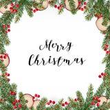 Marco tradicional decorativo de la Feliz Navidad, guirnalda Abeto, ramas verdes de la picea adornadas con las bayas rojas y manza Fotos de archivo libres de regalías