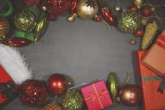 Marco vacío con los ornamentos de la Navidad foto de archivo