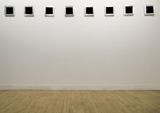 Marco vacío de la foto en galería moderna imagenes de archivo