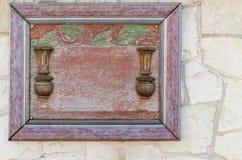 Marco vacío de madera adornado con el fondo de madera en la cal blanca Imagen de archivo libre de regalías