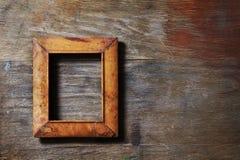 Marco vacío en fondo de madera imágenes de archivo libres de regalías