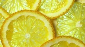 Marco van oranje fruit wordt geschoten dat en roteert Sluit omhoog vlees van sinaasappel stock video