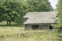 Marco velho histórico do celeiro na cidade de Missouri Imagens de Stock